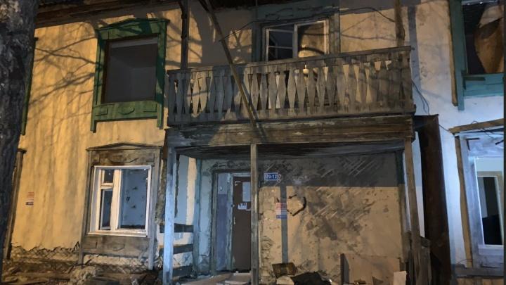 На Камчатской в Тюмени горела расселенная двухэтажка