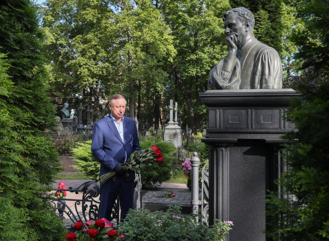 Губернатор Александр Беглов у могилы первого мэра Петербурга Анатолия Собчака