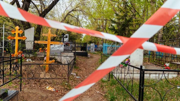 В пандемию власти поселения под Омском разрешили хоронить людей только двум ритуальным фирмам