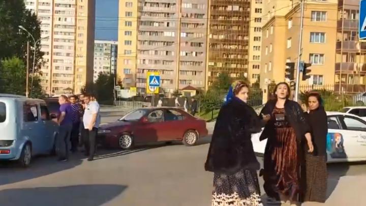 Цыгане устроили потасовку на месте ДТП в Октябрьском районе и обматерили прохожих