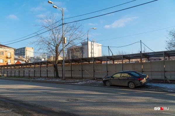 Площадка пока огорожена забором