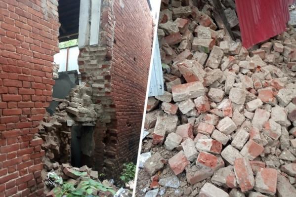 Здание уже почти разрушено. Реставрировать его не спешат