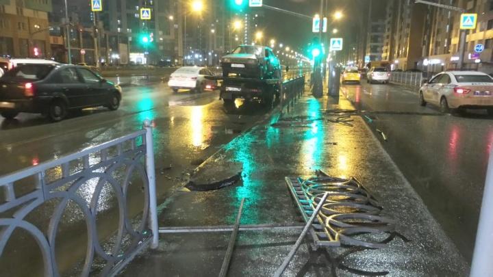 В Академическом Lada протаранила забор и перевернулась. Водитель был пьян