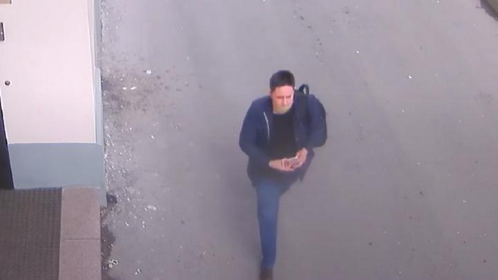 Мужчина, который снял с домов таблички с именами жертв репрессий, попал на камеры наблюдения