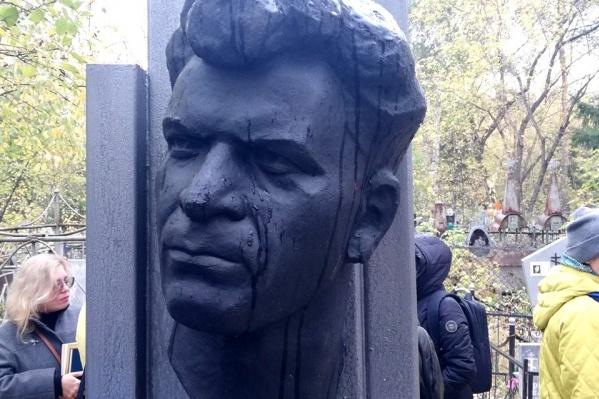 Памятник работы скульптора Федора Бугаенко, друга Тимофея Белозерова, давно нуждался в реставрации