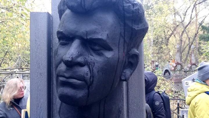 Благодаря омским библиотекарям на могиле поэта Тимофея Белозёрова обновили мемориал