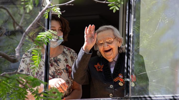 Как поздравляют с Днём Победы челябинских ветеранов в изоляции: смотрим трогательные снимки