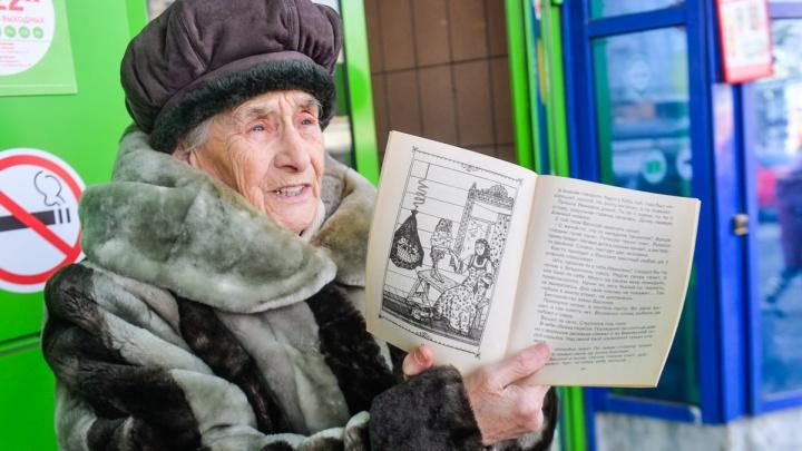 В Екатеринбурге умерла бабушка-сказочница Вера Сибирева, которая продавала свои книги на улице