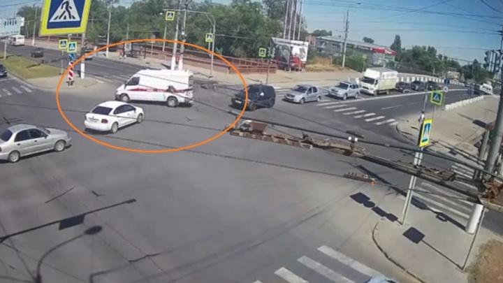 Мигалки не увидел: в Волгограде иномарка протаранила Mercedes скорой помощи