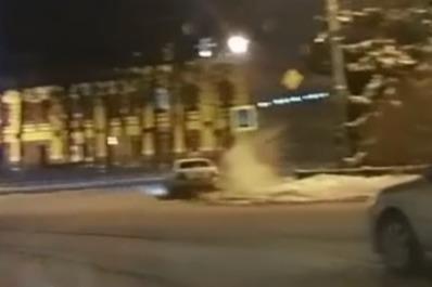 Водитель легковушки, выезжая с площади, не вписался в поворот
