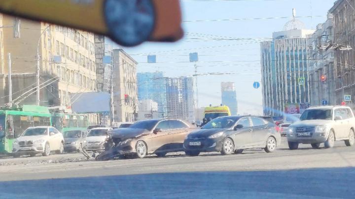 Перекресток Октябрьской магистрали и Красного проспекта сковала сильная пробка — там столкнулись две машины