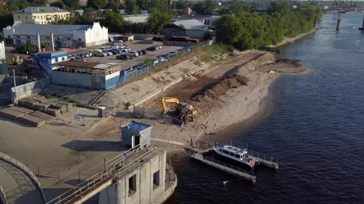 В Самаре рабочие начали застраивать берег Волги у речного вокзала