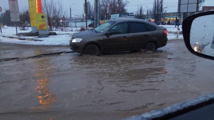 Самарские чиновники попеняли на водителей грузовиков из-за ям на Заводском шоссе