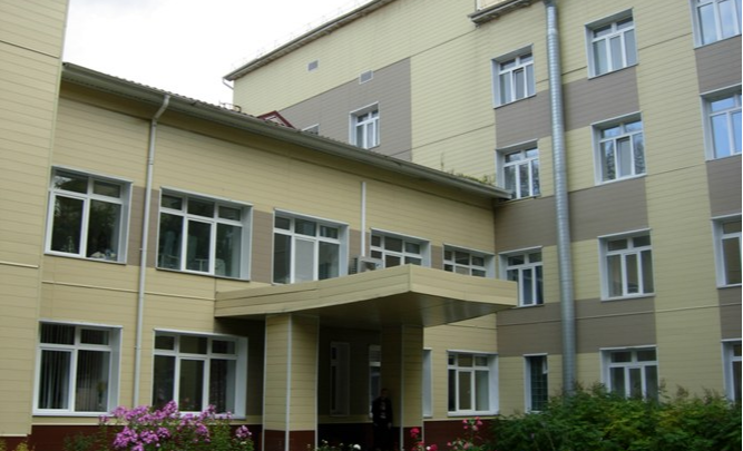Минздрав огласил причину падения из окна пациента с коронавирусом в Ачинске