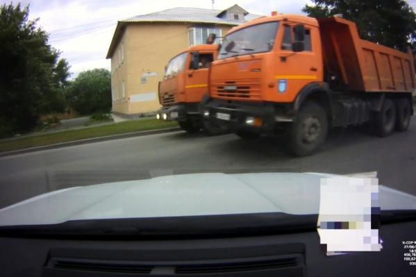 На Елизаветинское шоссе КАМАЗы устроили незаконные соревнования