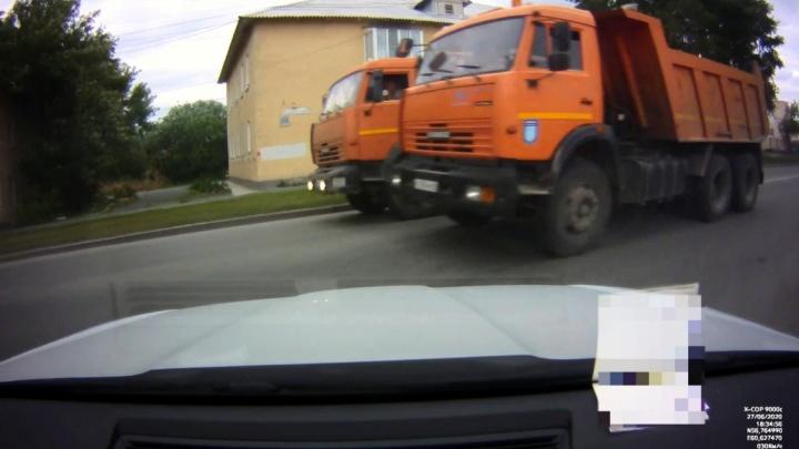 «Я чудом увернулся»: на Елизаветинском шоссе КАМАЗы устроили гонки