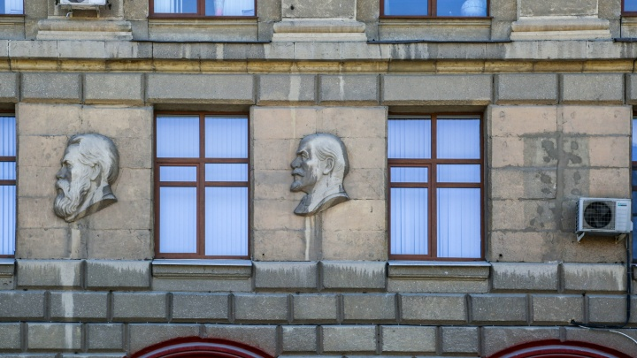 «Очистим фамилию»: в Волгограде отказались восстанавливать барельеф Сталина на здании медуниверситета