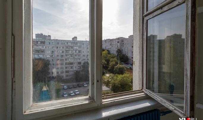 Не было даже москитной сетки: на севере Волгограда из окна выпал ребенок