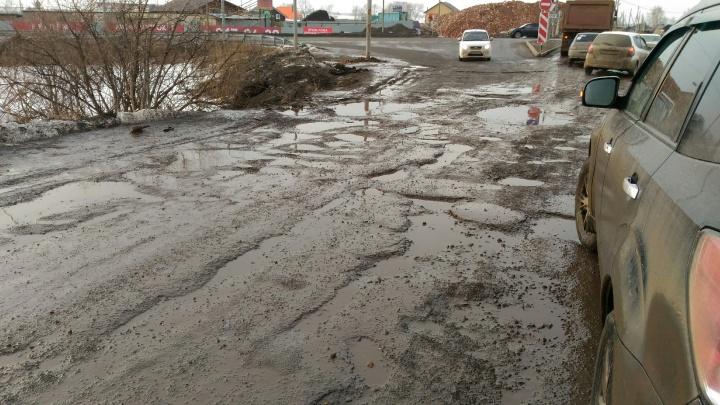 «Дорогу еще не доделали, а уже убивают ее»: жители Пермского района жалуются на большегрузы