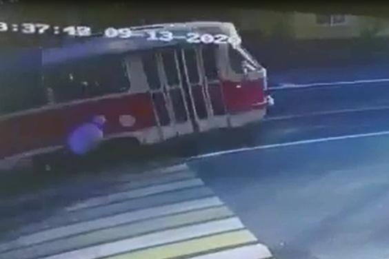 От удара парень упал