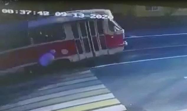 В Волгограде трамвай сбил парня — видео