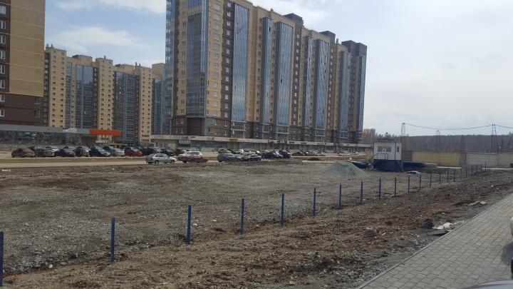 Жителей челябинского комплекса возмутило строительство стоянки на месте обещанной дороги с аллеей