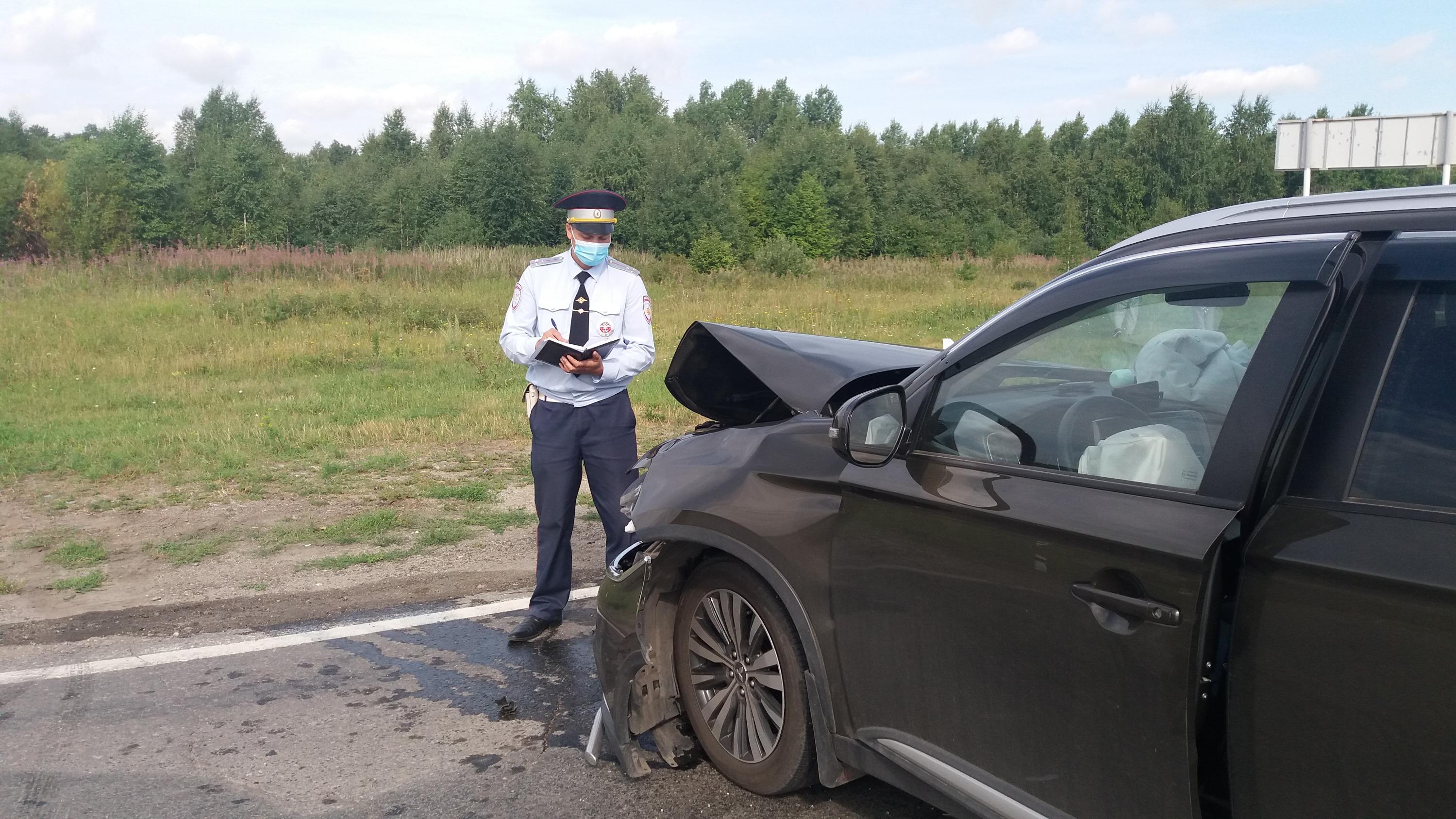 Мужчина за рулемMitsubishi не успел среагировать на внезапное препятствие и въехал вHyundai