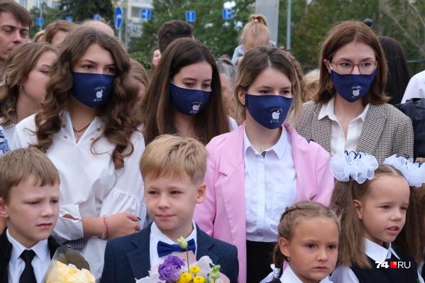 В гимназии № 1 старшеклассникам сделали одинаковые маски с логотипом Apple