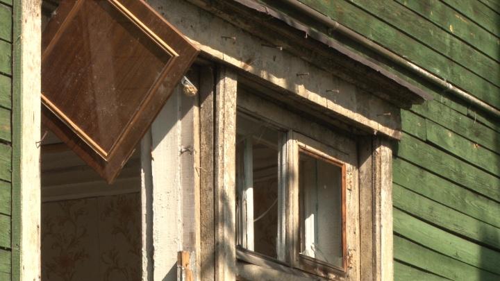 Рухнули печи и поехал фундамент: жильцы деревяшек Архангельска обратились к спасателям