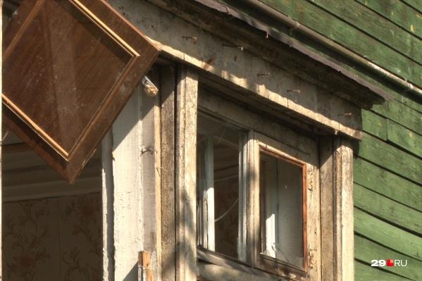 Два дома расположены рядом с переулком Водников, где недавно горели и сходили со свай дома