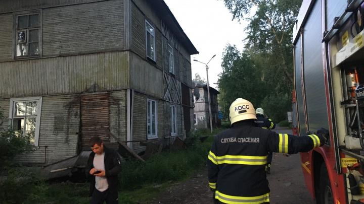 Еще один деревянный дом сошел со свай в Архангельске