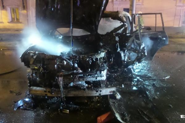 Машина врезалась в столб и загорелась