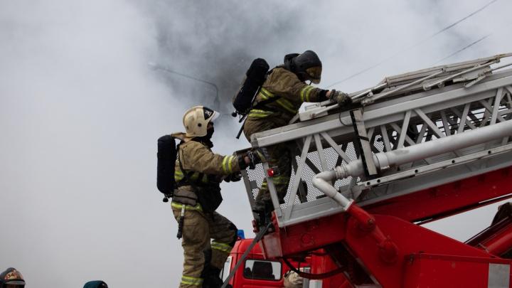 Сильный пожар начался на складе в Новочеркасске
