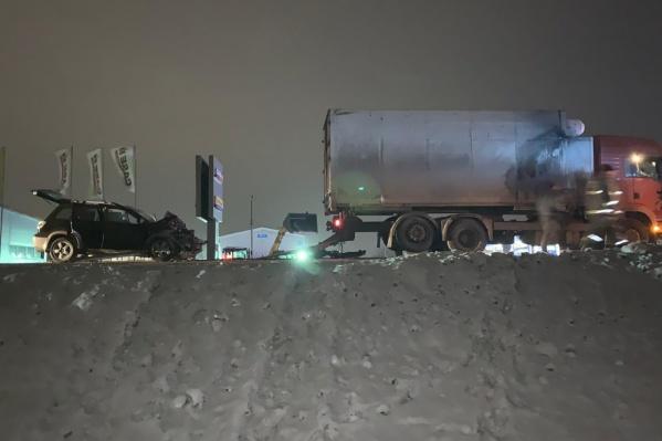 Внедорожник врезался в грузовик, когда тот собирался поворачивать