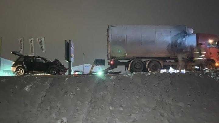Под Новосибирском внедорожник влетел в грузовик— водитель погиб на месте