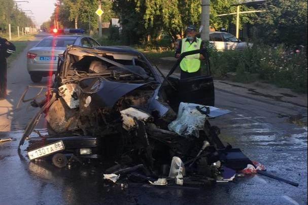 24-летний водитель сбил столб и превратил машину в груду металла