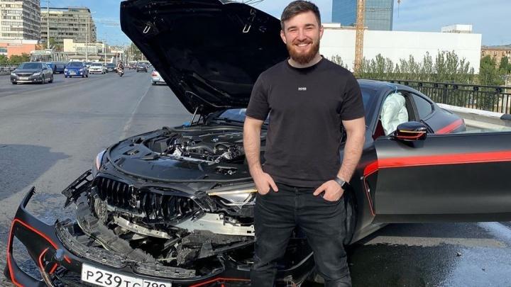Кидавший волгоградцам деньги блогер разбил вдребезги BMW на Астраханском мосту