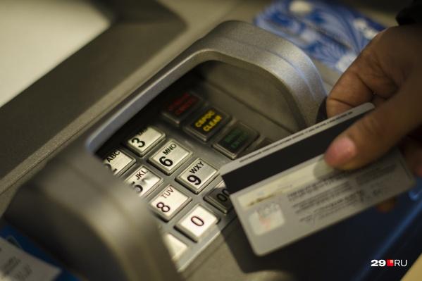 Сотрудники банка и знакомые пенсионерки заподозрили неладное, но не смогли предотвратить переводы обманщикам