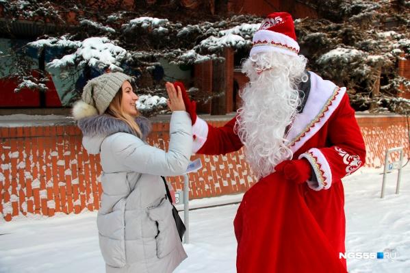 Роспотребнадзор назвал Деда Мороза и Снегурочку потенциальными разносчиками заразы