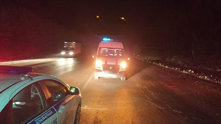 На трассе в Свердловской области в лобовом столкновении грузовика и легковушки погибли два человека