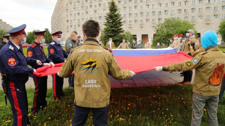 Ко Дню России на площади Ленина в Архангельске растянули 50-метровый триколор