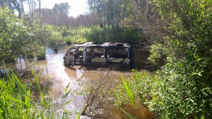 В Новосибирской области минивэн упал в кювет и загорелся — публикуем кадры с места смертельного ДТП