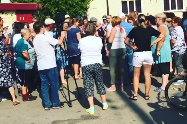 Жителей Еманжелинска допекло: они устроили митинг из-за отсутствия воды в аномальную жару