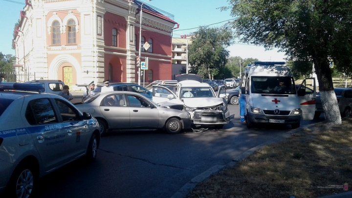На работу торопились: в центре Волгограда с интервалом в несколько минут столкнулись четыре иномарки