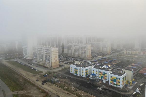 Этим утром дома в «Академ Riverside» и других районах почти совсем не видно. Туманно и в аэропорту