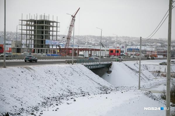 Первые сваи здесь начали забивать в начале этого года. Строители обещают, что новый мост простоит не менее ста лет (прежнему было 35 лет)
