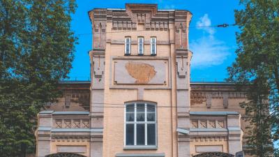 Что скрывается за полустертой надписью на здании художественного училища в Разгуляе