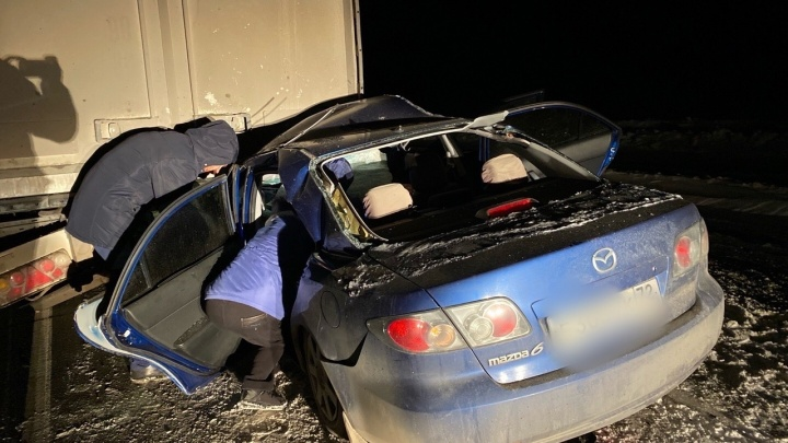 Смертельное ДТП под Тобольском:Mazda 6 на скорости врезалась в фуру
