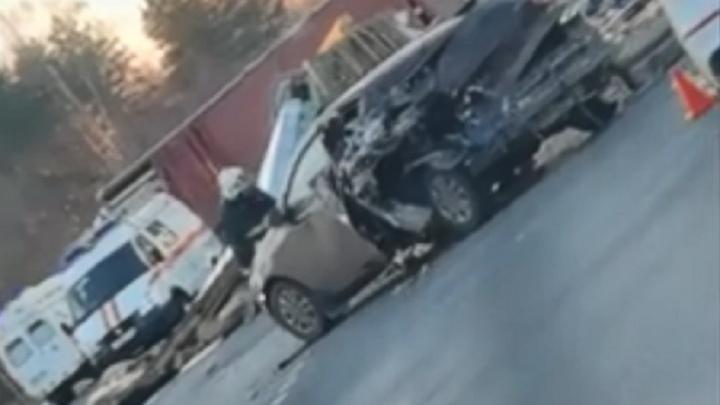 Из-за ДТП около поворота на Волжский небольшой грузовик отбросило под КАМАЗ