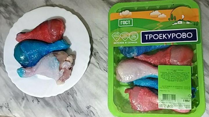 Голени для патриота: откуда в Тюмени появилась курица в цветах триколора
